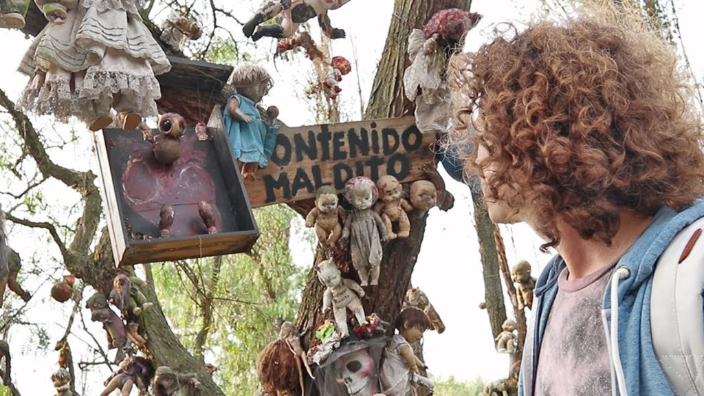 If you are happy with outdoor tourism that is fun and challenging adrenaline, you need to come to an island in Mexico, the name of the island is Isla De Las Munecas. This island is an island that contains thousands of horrible dolls! Guaranteed you will creep in fear when you come to this island.